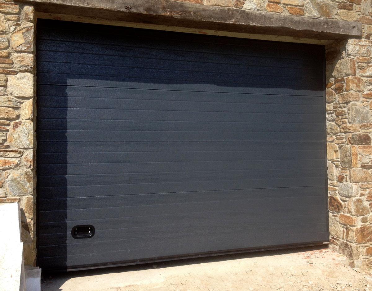 Portón garaje negro