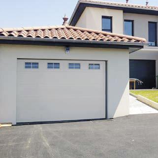 Puerta de garaje con ventanas