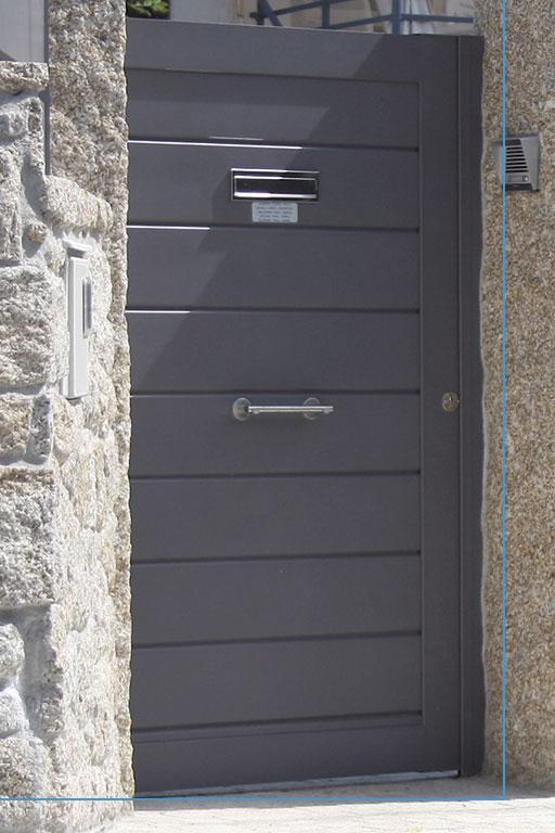Puerta de entrada finca negra con apertura buzón