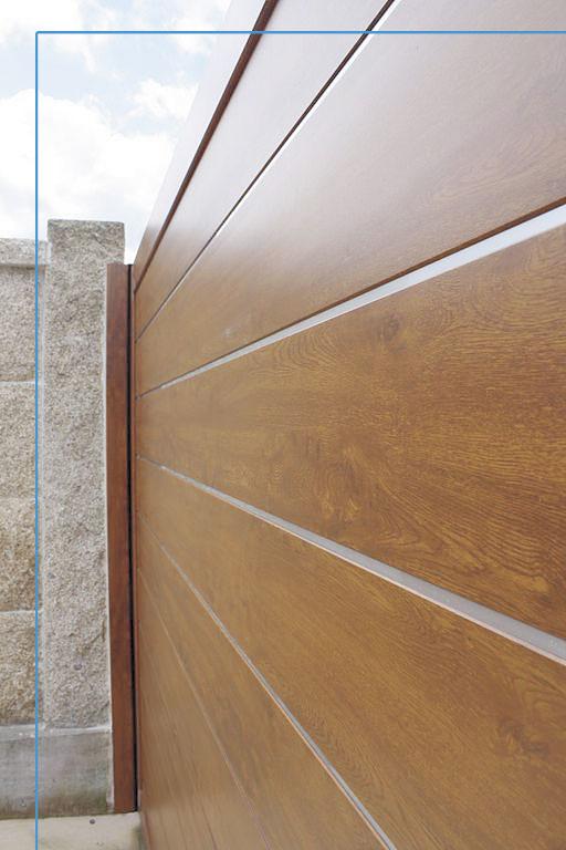 Detalle portón de entrada futuro imitación madera