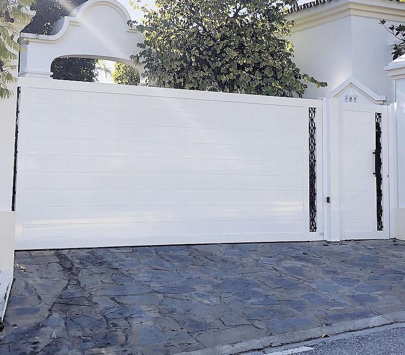Puerta finca adornos en negro laterales