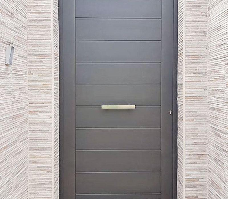 Entrada finca de entrada contemporánea imitación madera, lamas horizontales