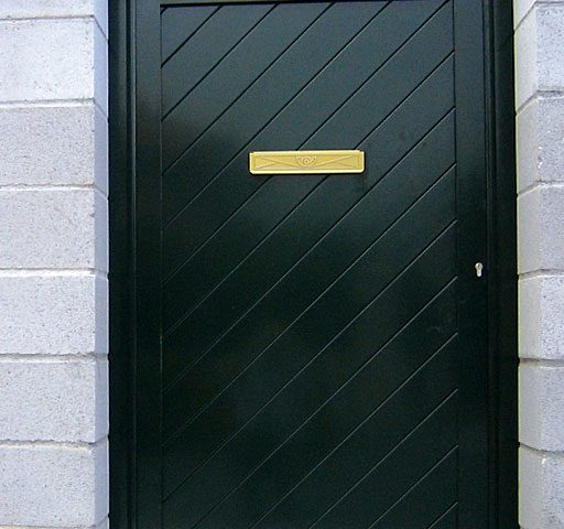 Puerta entrada casa en aluminio con apertura buzón