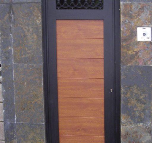 Puerta de aluminio entrada casa en aluminio diseño orgánico lamas gruesas