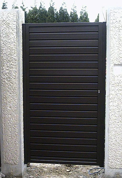 Puerta finca metálica lamas horizontales