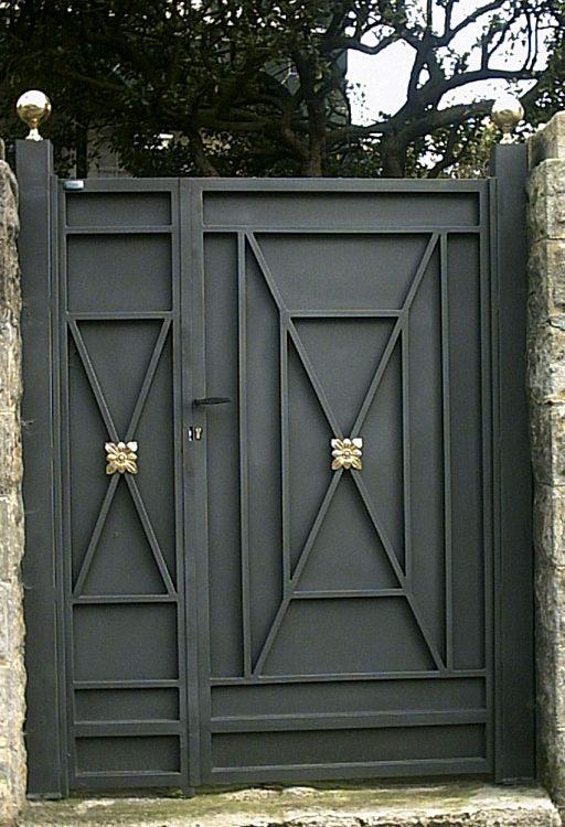 Puerta finca metálica geométrica con adornos