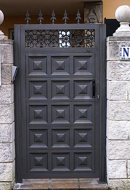 Puerta finca metálica geométrica