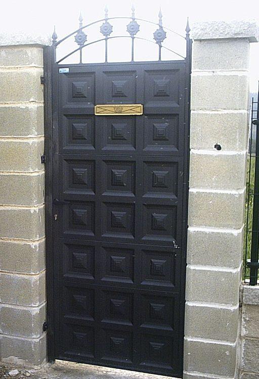 Puerta finca metálica geométrica con apertura buzón
