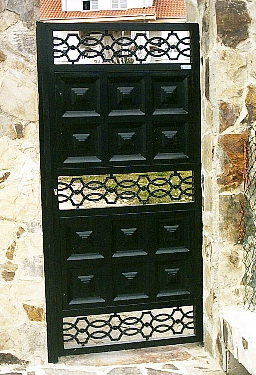 Puerta finca metálica geométrica y orgánica