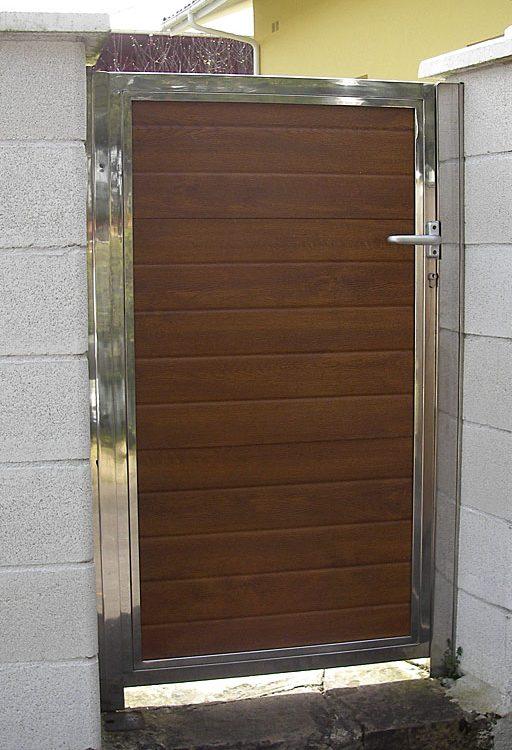 Puerta casa metálica lamas horizontales marrón