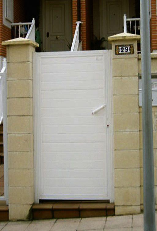 Puerta casa metálica lamas horizontales