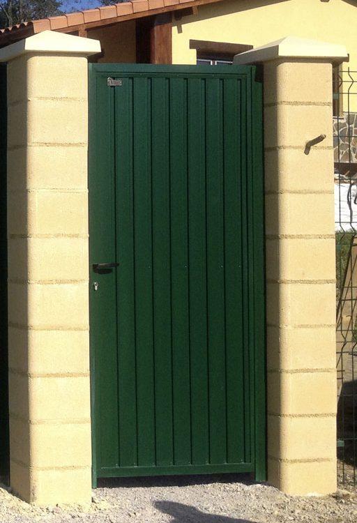Puerta finca metálica lamas verticales en verde