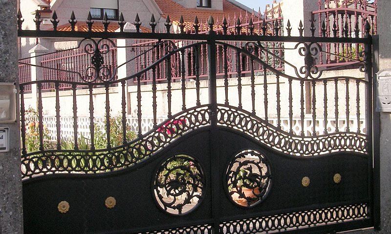 Puerta de aluminio entrada casa en aluminio orgánico remate con picas
