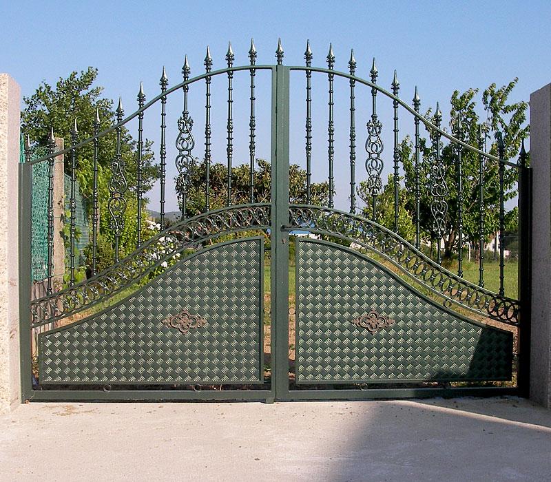 Puerta de aluminio entrada finca remate orgánico