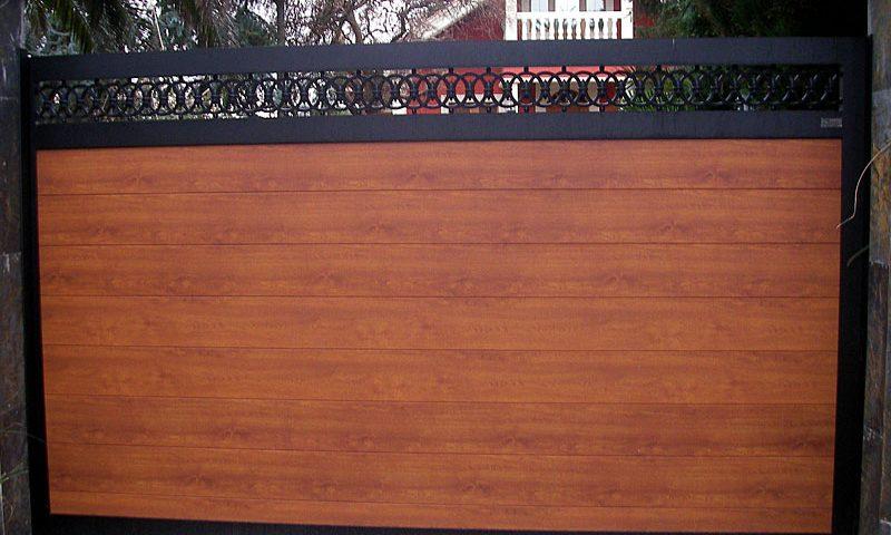 Puerta aluminio de entrada finca remate círculos