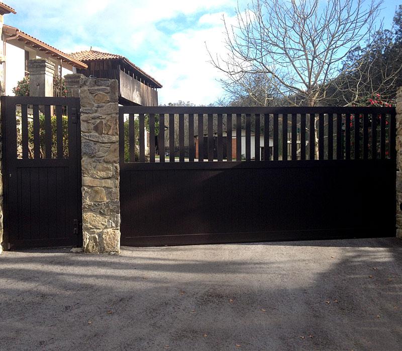 Puerta aluminio de entrada finca listones verticales
