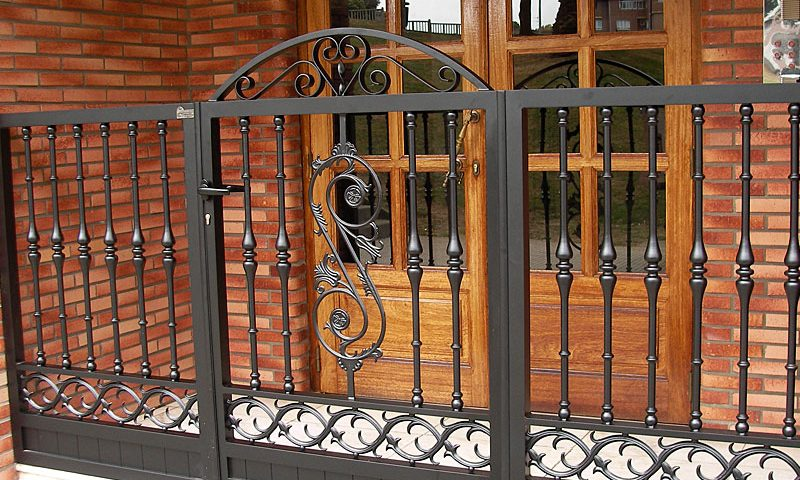 Puerta de aluminio entrada edificio diseño orgánico remate con superior redondo