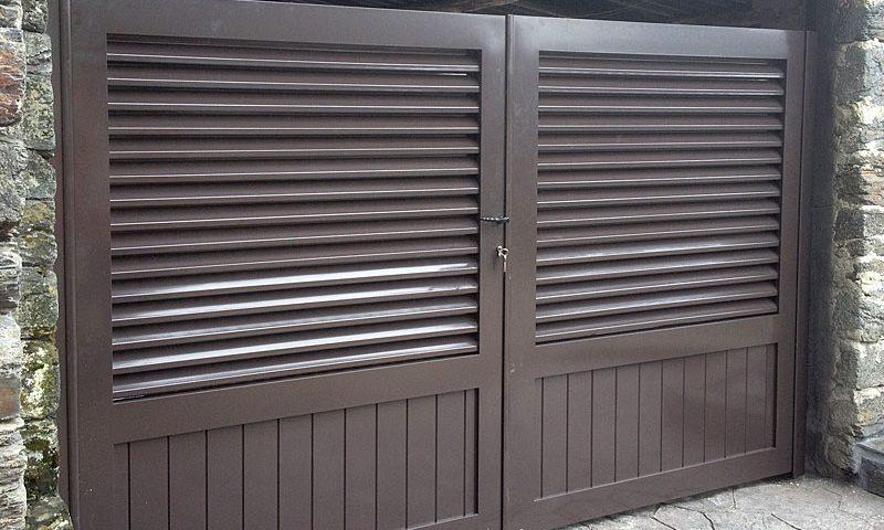 Puerta aluminio de entrada finca listones horizontales