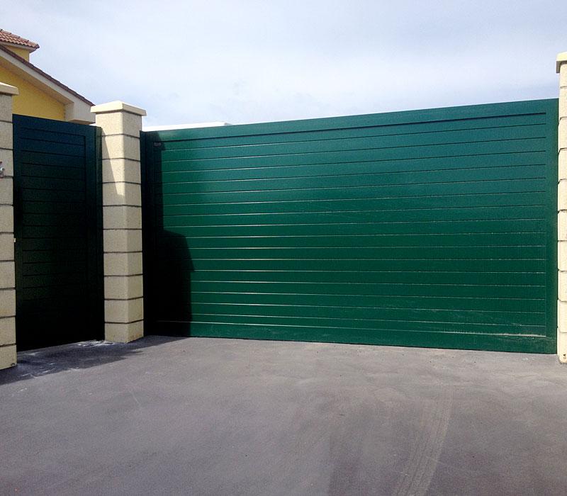 Puerta aluminio de entrada finca listones verde
