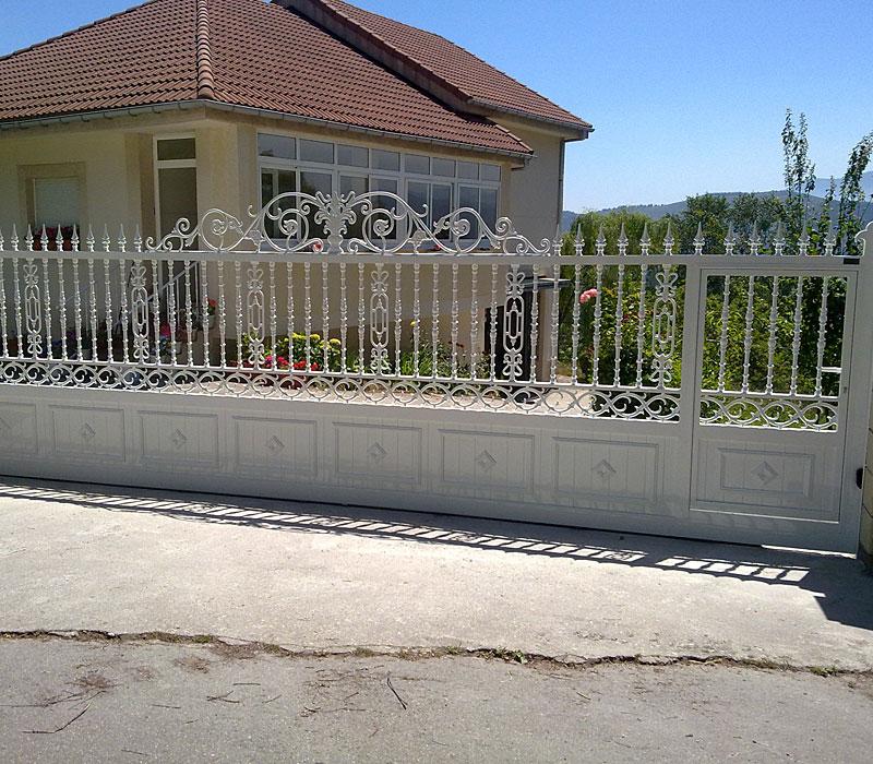 Puerta aluminio de entrada finca diseño orgánico en blanco