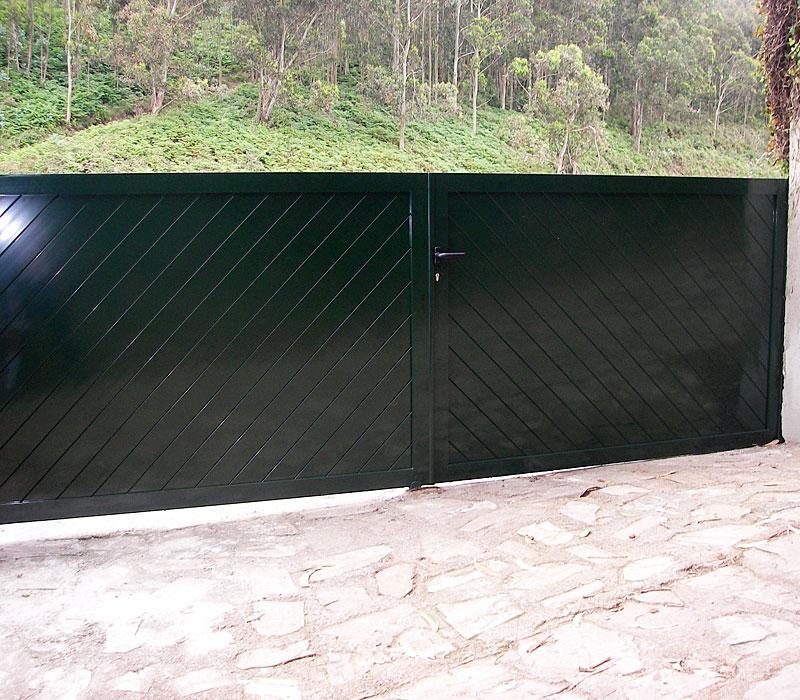 Puerta de aluminio entrada finca en verde, lamas diagonales