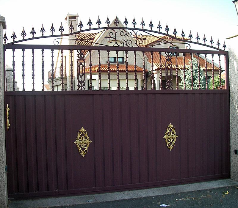 Puerta de aluminio entrada finca remate picas y detalles en oro