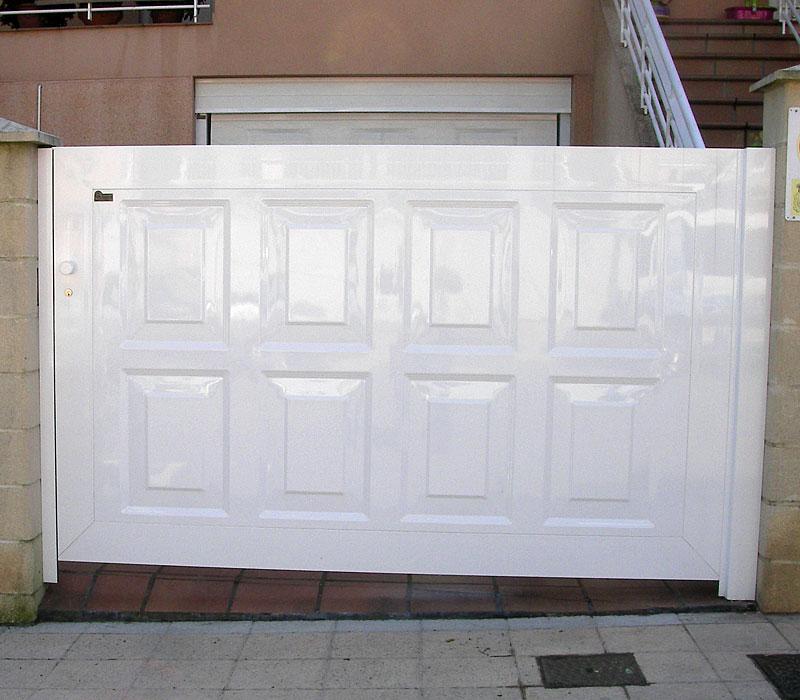 Puerta de aluminio entrada finca en blanco, diseño geométrico