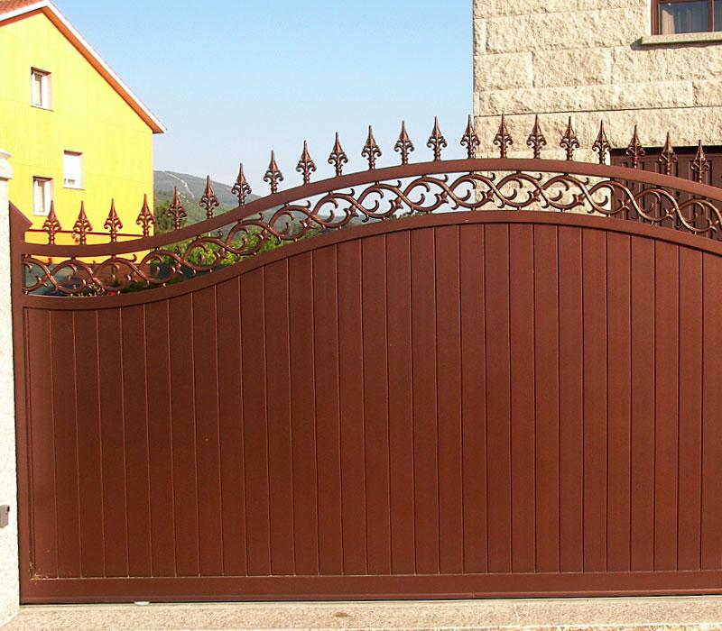 Puerta de aluminio entrada finca lamas gruesas verticales remate picas