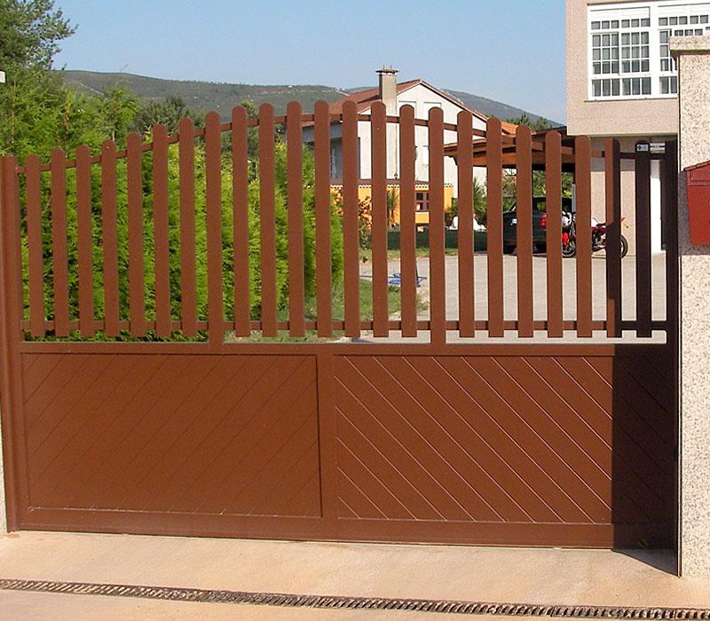 Puerta de aluminio entrada finca lamas gruesas verticales