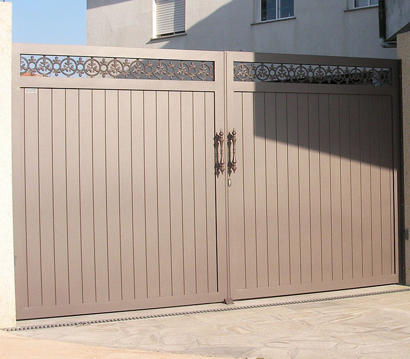 Puerta de aluminio entrada finca lamas gruesas verticales remate orgánico