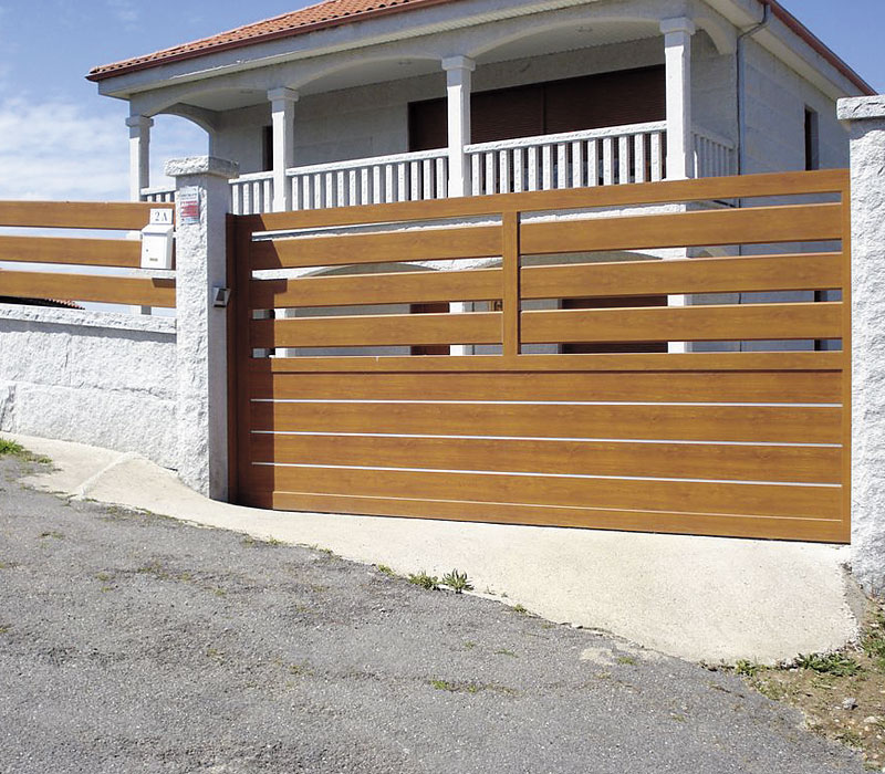 Puerta de entrada finca imitación madera