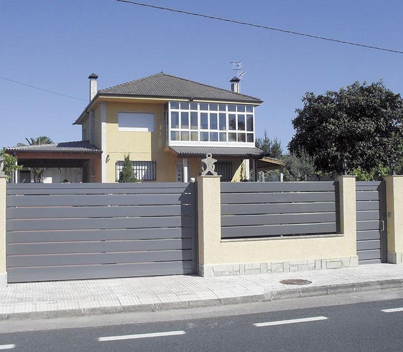 Puerta de entrada finca negra