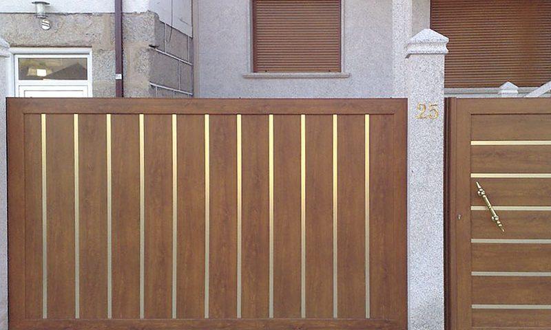 Entrada finca de entrada futuro imitación madera, lamas verticales