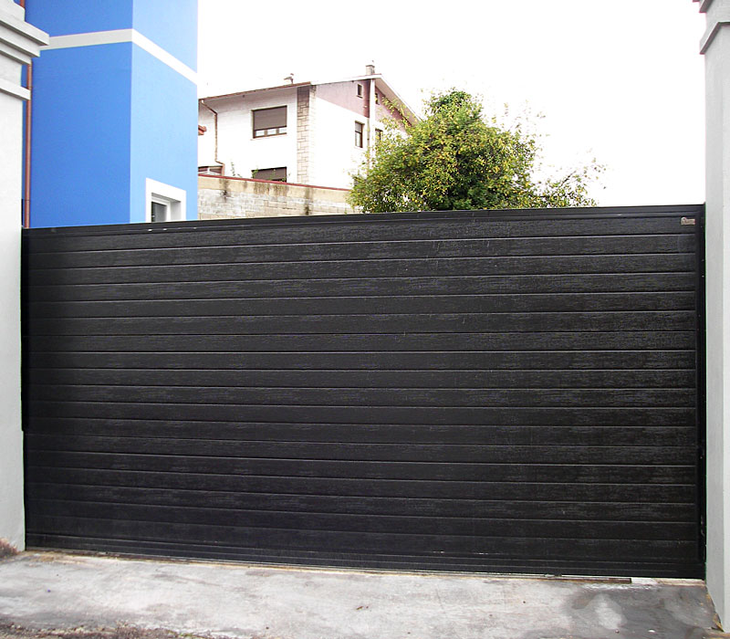 Puerta de finca metálica listada negra
