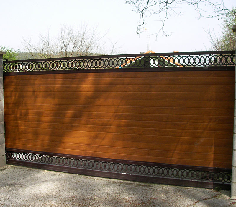 Puerta de finca metálica listada con remate orgánico