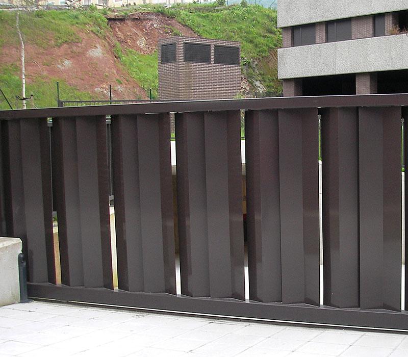 Puerta de finca metálica listones gruesos marrón
