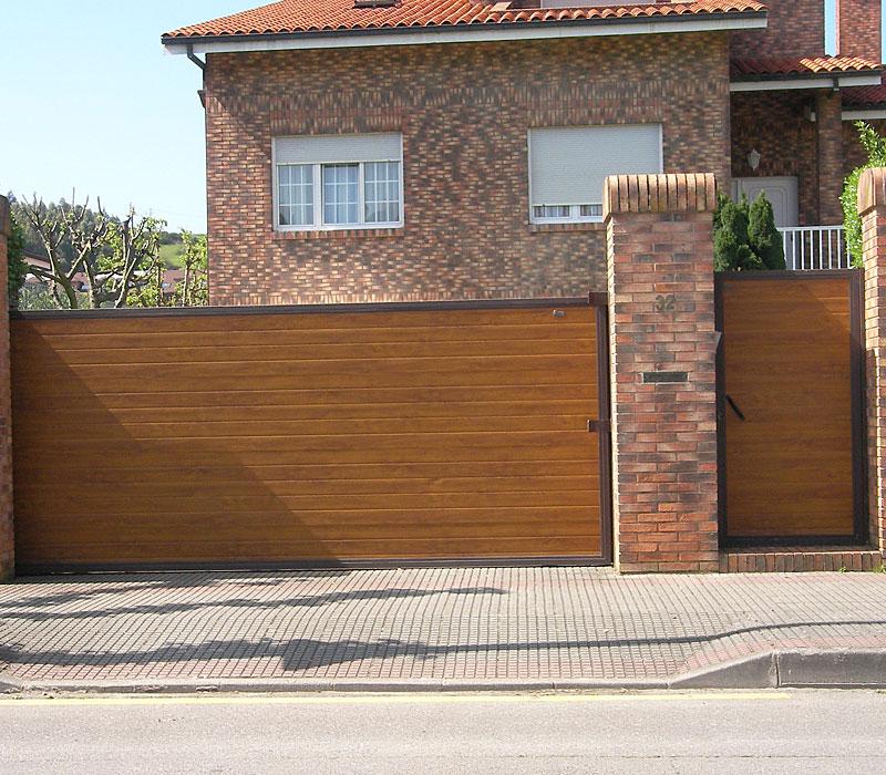 Puerta de finca metálica listada marrón