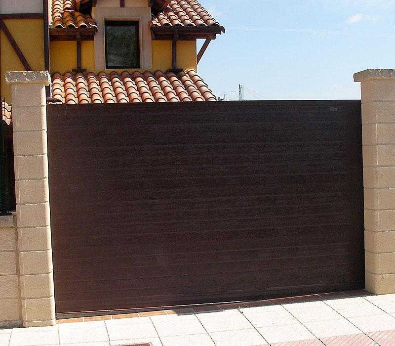 Puerta de finca metálica marrón