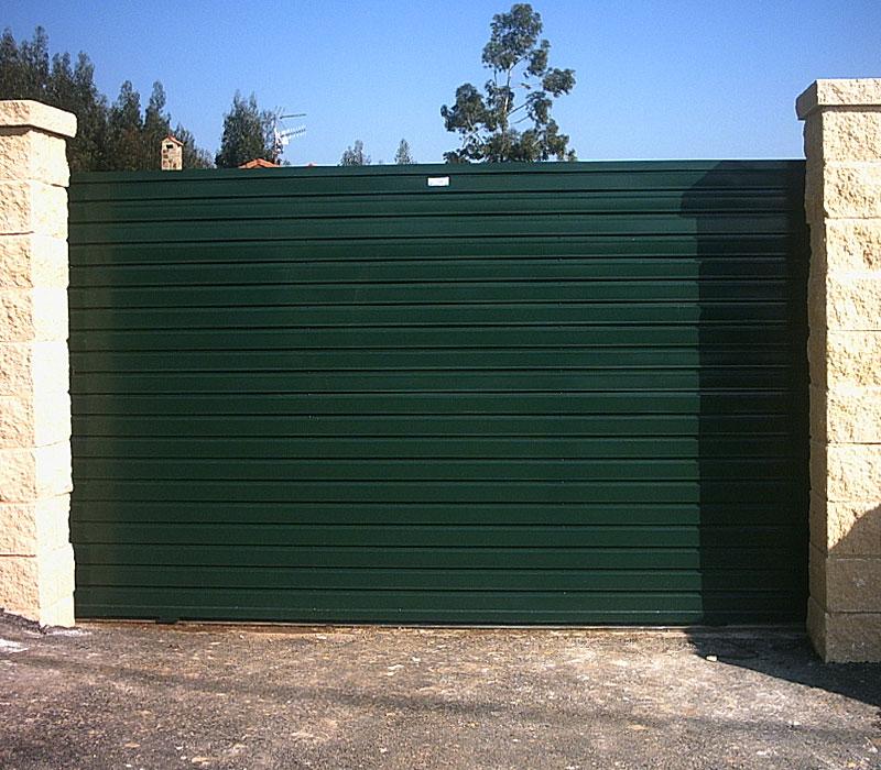 Puerta de finca metálica verde