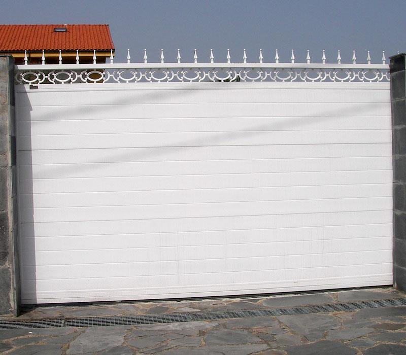 Puerta de finca metálica blanca terminación picas