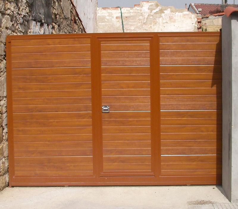 Portón de finca metálica lamas horizontales y puerta integrada