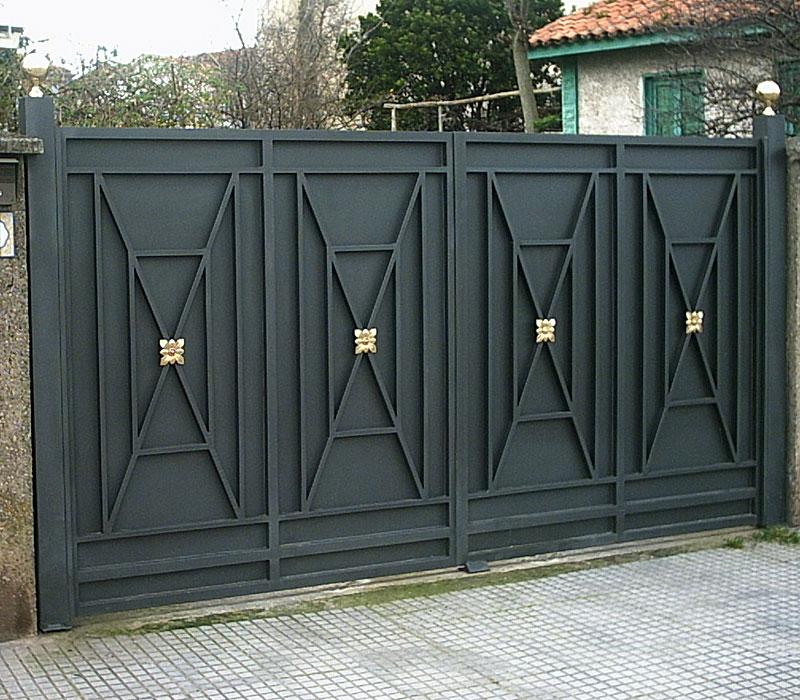 Puerta de finca metálica geométrica