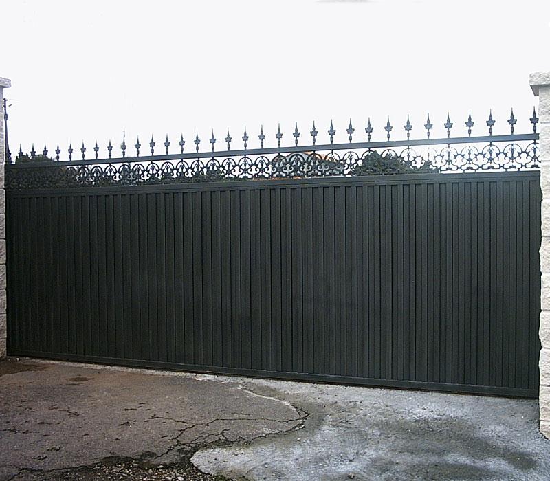 Puerta de finca metálica negra
