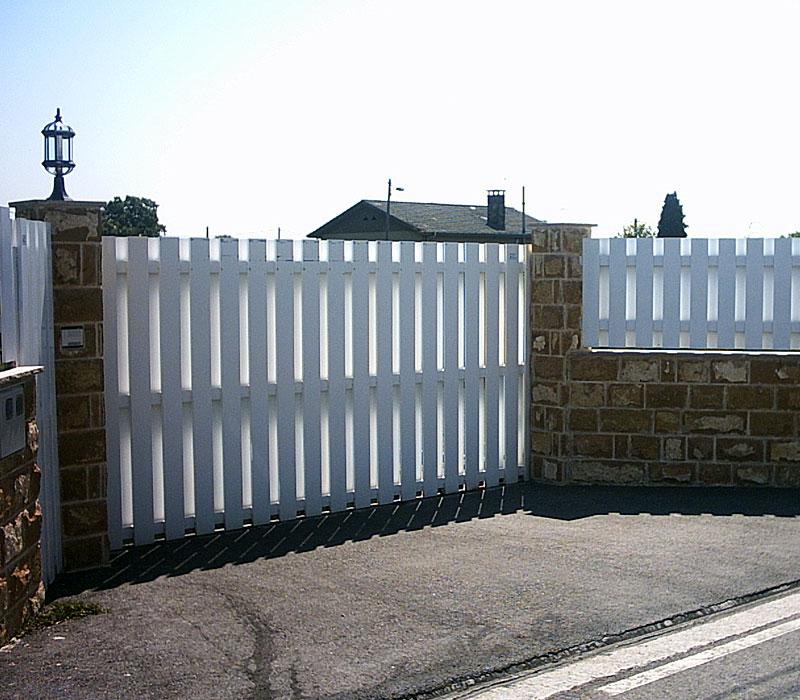 Puerta de finca metálica listón grueso blanca