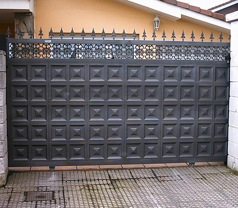 Puerta de finca metálica cuadros geométricos