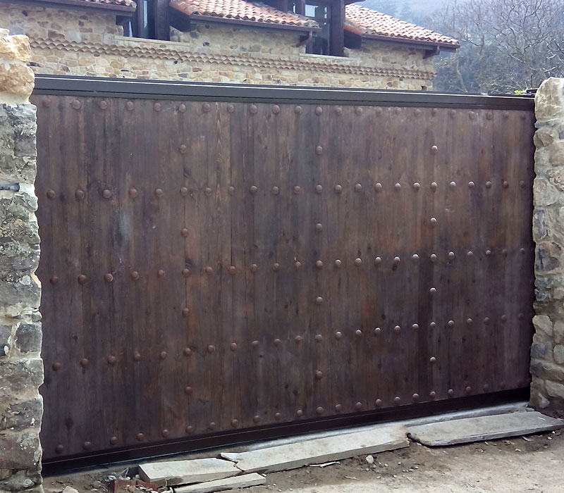 Puerta de finca metálica imitación madera