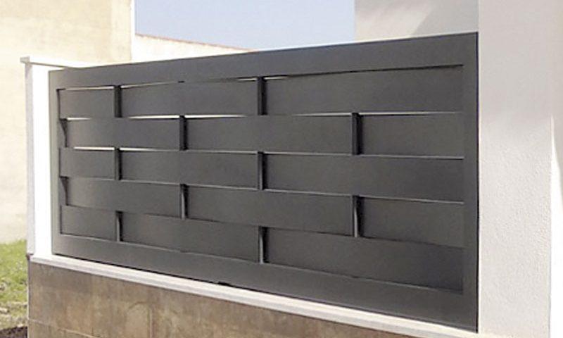 Puerta aluminio de entrada finca diseño listones horizontales gruesos