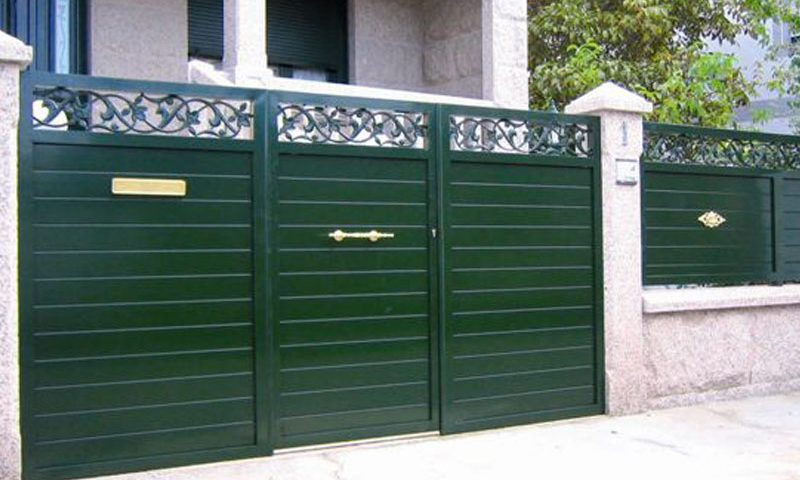 Puerta aluminio de entrada finca diseño listones horizontales gruesos remate orgánico