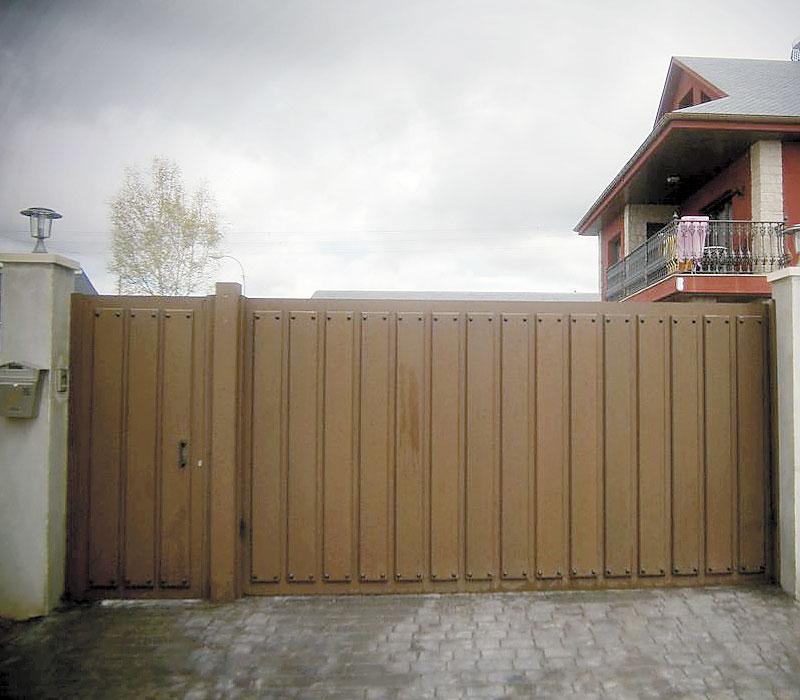 Portón de entrada rústica imitación madera