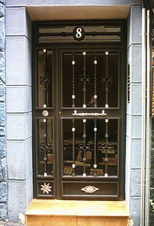 Puerta de portal con cristal diseño orgánico